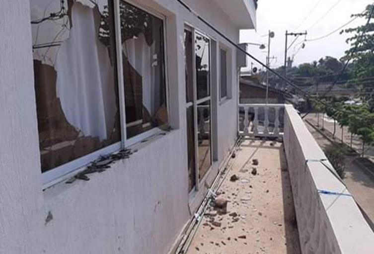 Usuarios molestos por el mal servicio rompieron los vidrios de las ventanas y puertas