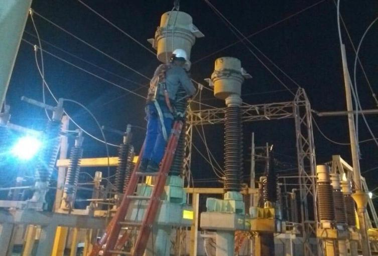 Trabajos de los operarios de Electricaribe en la subestación Riohacha