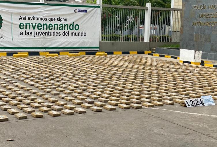 1224 paquetes rectangulares de color café y amarillo ocultos entre 60 cajas de cartón