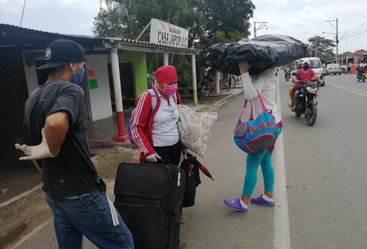 son cientos de migrantes caminan transitan diariamente para llegar a La Guajira