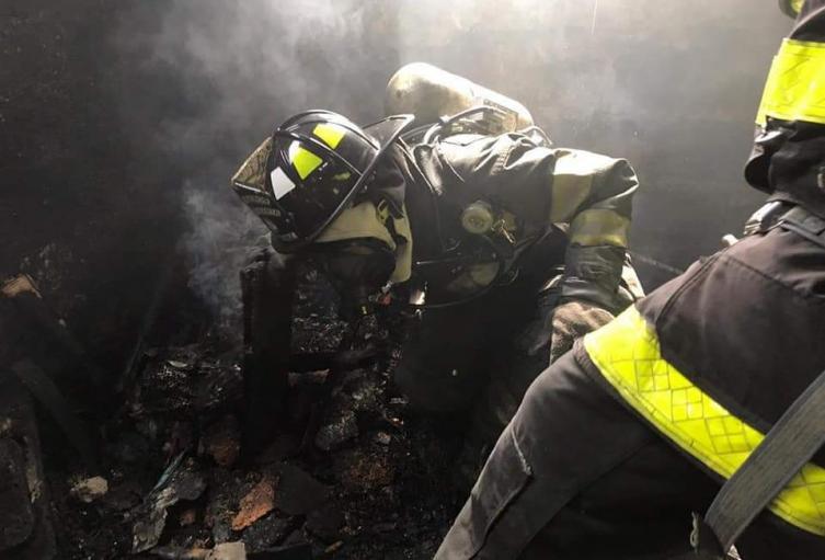 Los bomberos y vecinos lucharon sin éxito para salvar al pequeño
