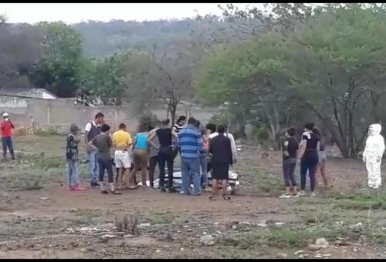 Decenas de personas se acercaron al cuerpo de la mujer fallecida