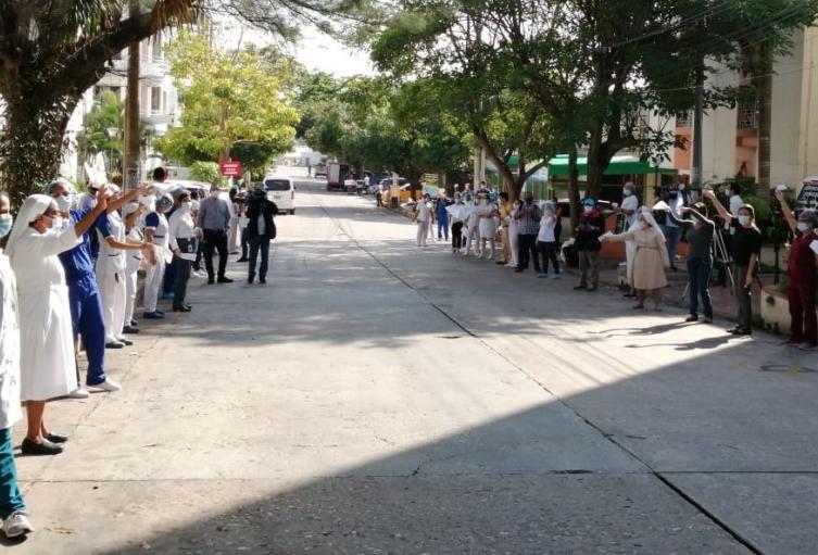 Los compañeros recibieron al médico con una calle de honor.
