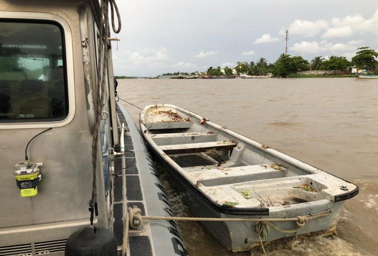 El bote, empleado para apoyos logísticos y administrativos, fue cambiado de color para evadir la atención de las autoridades