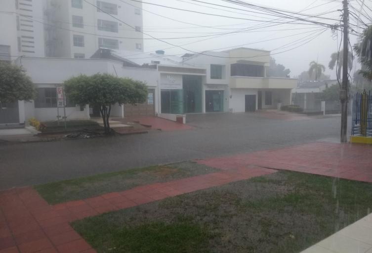El vendaval estuvo acompañado por lluvias.