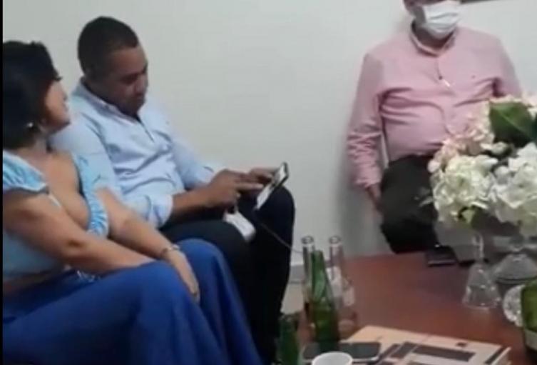 En las imágenes se observa al alcalde de Riohacha participando de una parranda.