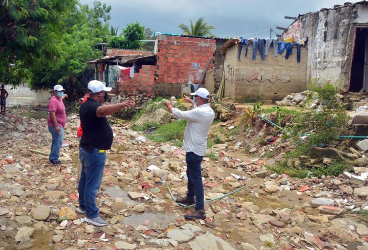 Las familias resultaron afectadas por el desbordamiento de arroyo.