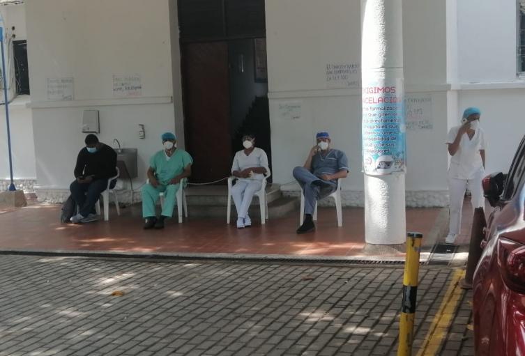 Están atados a cadenas en la entrada del centro medico