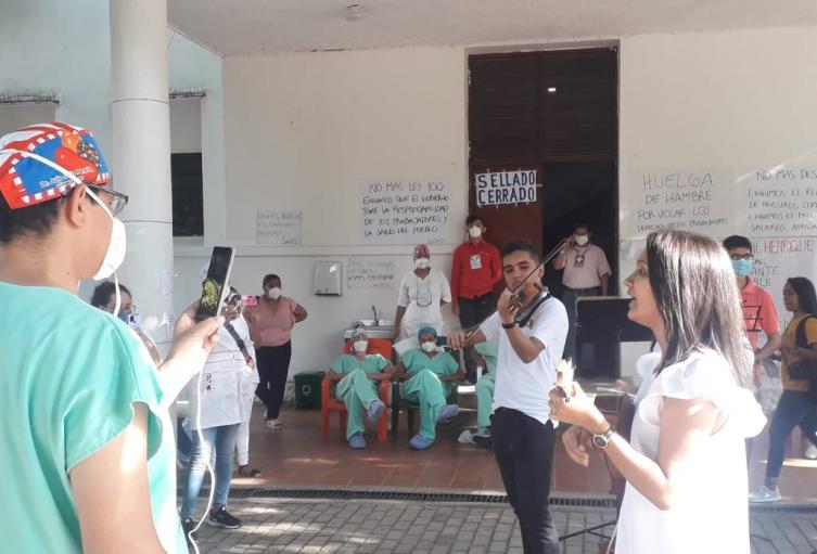 La filarmónica del Cesar llevó serenata a médicos en Valledupar.