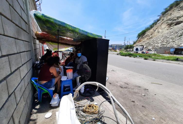 Las familias permanecen al frente del derrumbe en espera de apoyo de las autridades