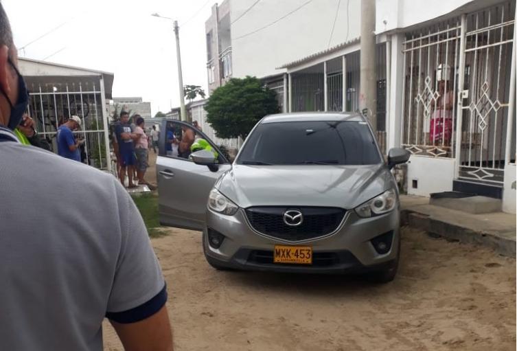La víctima recibió los disparos en su vehículo.