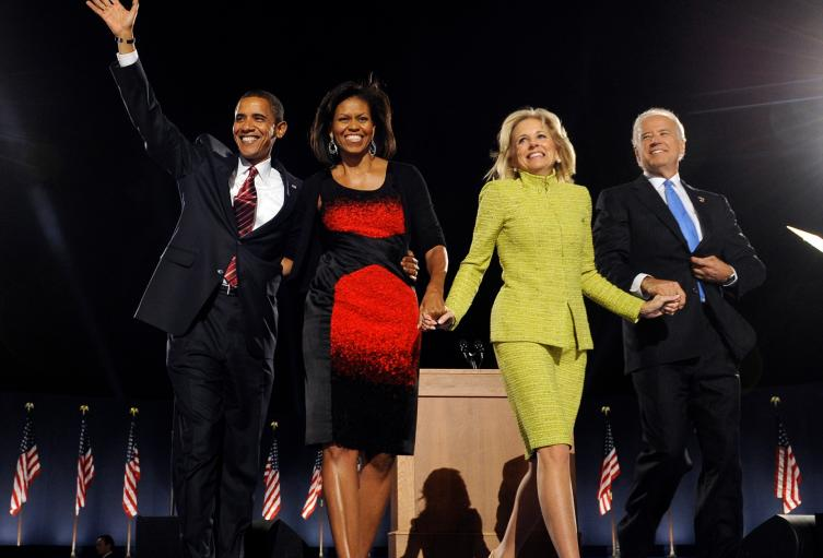 Barack Obama y Joe Biden con sus esposas en 2008
