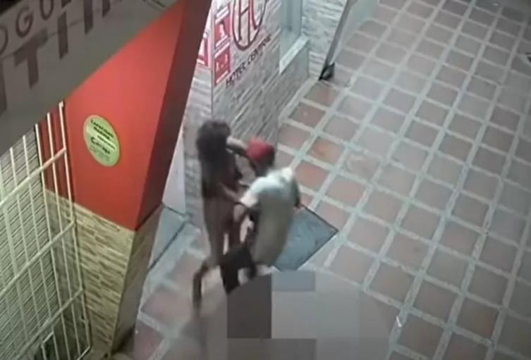 Hombre abusa sexualmente de una indigente en plena calle en la Ciénaga, Magdalena.