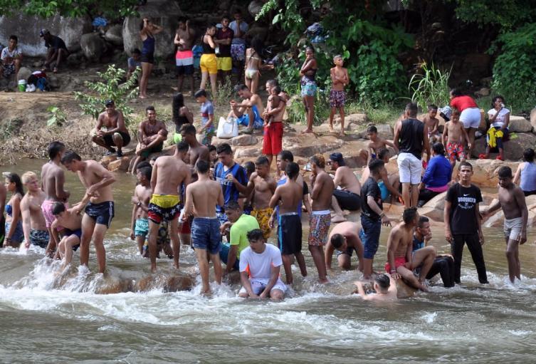 No usan tapabocas y consumen licor en el Río Guatapurí
