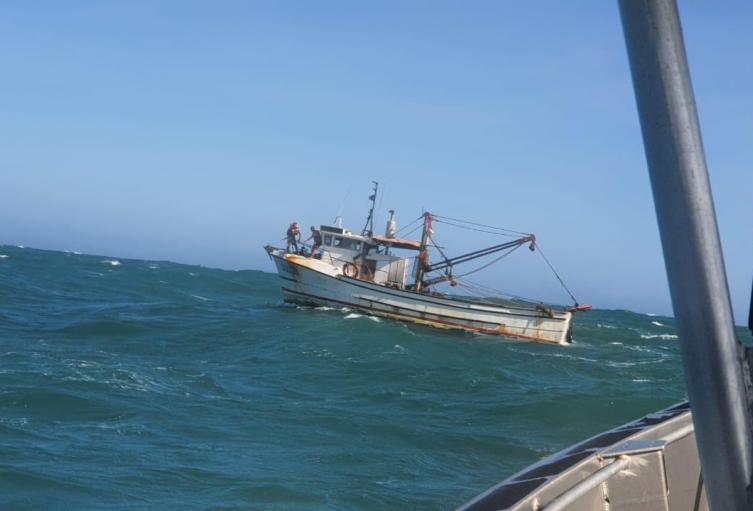 Autoridades rescatan barco pesquero averiado en altamar