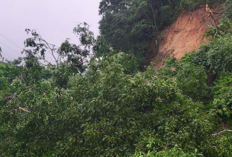 Continúan los deslizamientos sobre la troncal del caribe en la vía Santa Marta- Riohacha, ante las fuertes lluvias que se presentan