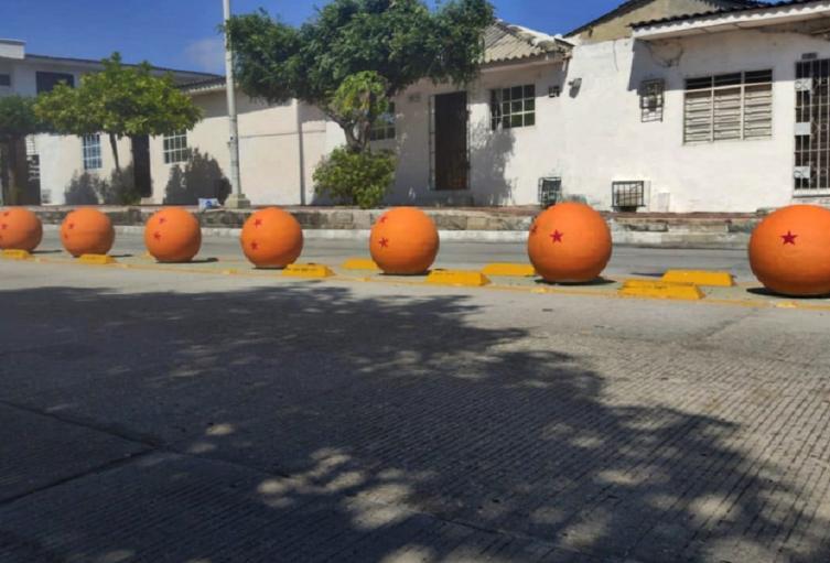 Los bolardos fueron pintados con el diseño de las esferas del dragón del conocido anime japonés.