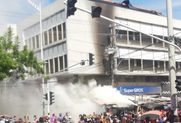 Pánico por emergencia de transformador incinerado