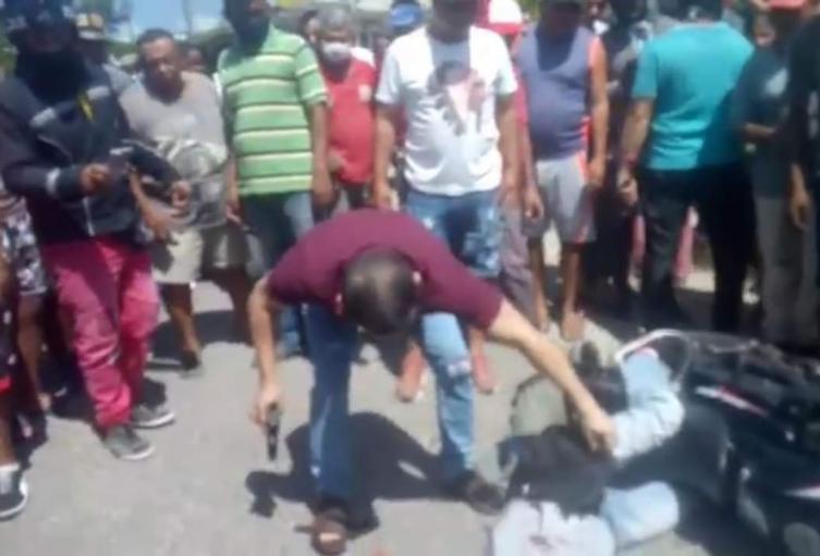Dos  atracadores fueron heridos por parte de un Capitán de la Policía luego de que intentaron quitarle las pertenencias a este policial  en el barrio Camilo Torres de Sincelejo en horas de la mañana de ayer.