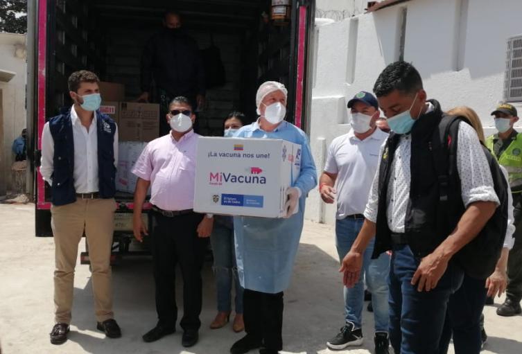El secretario de Salud recibió las dosis, tras arribo desde Bogotá