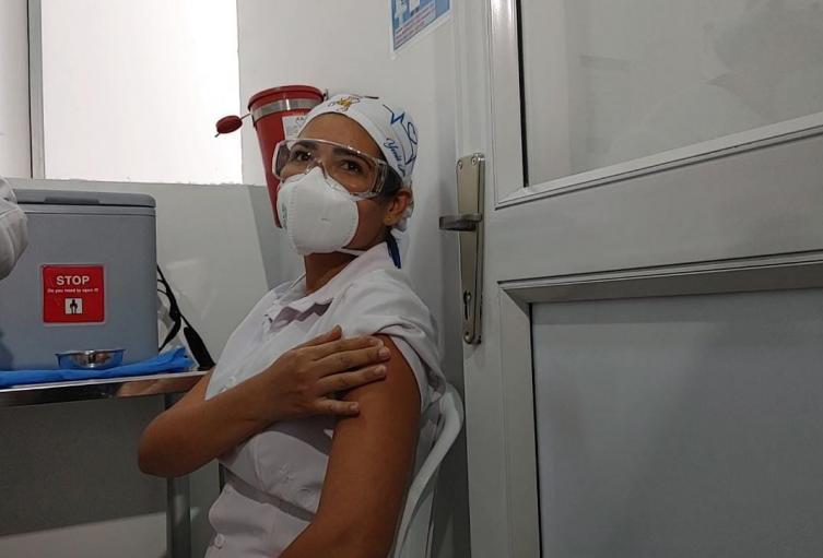 La enfermera fue la primera en ser vacunada en la Clínica General del Norte