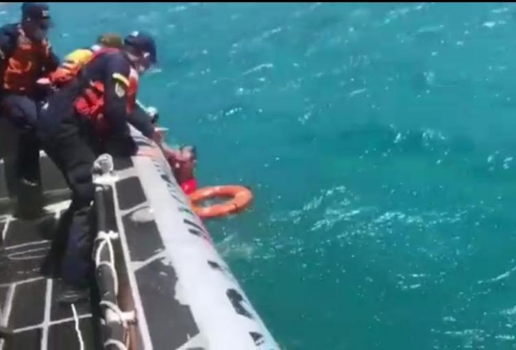 Policía y Guardacostas, auxiliaron a turista atrapado en zona rocosa, en una playa de Santa Marta