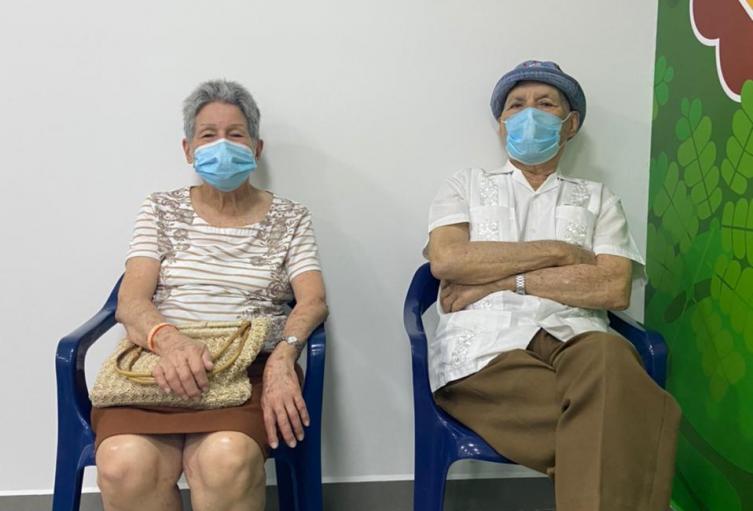 Pico y cédula en Cartagena para la vacunación contra el Covid-19 de adultos mayores a 80 años