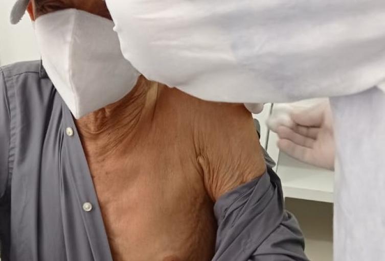 Investigan causa de muerte de adulto mayor 24 horas después de vacunarse contra la Covid