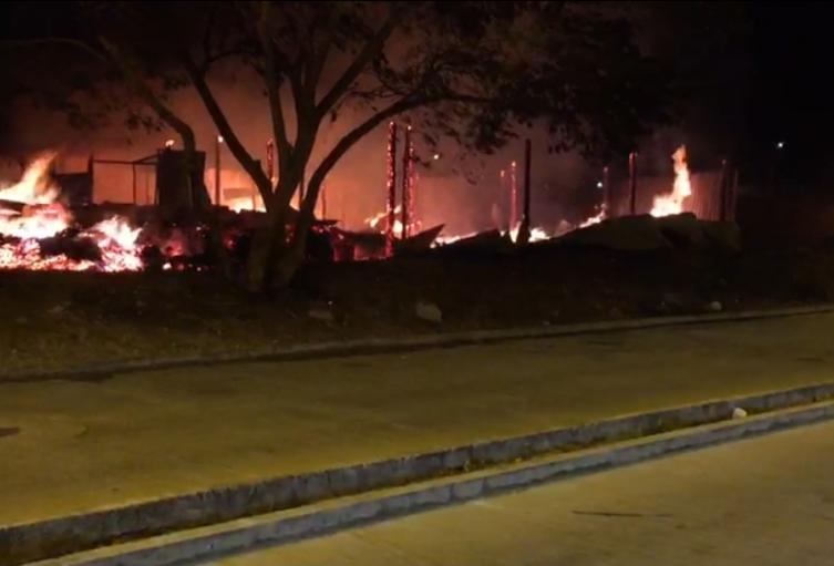 Los organismos de socorro necesitaron el apoyo de carro tanques con aguas para sofocar las llamas.