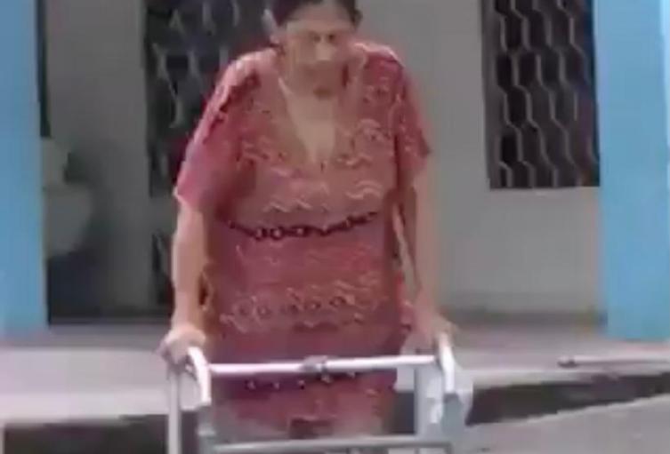 La mujer utiliza un tubo de PVC para caminar.