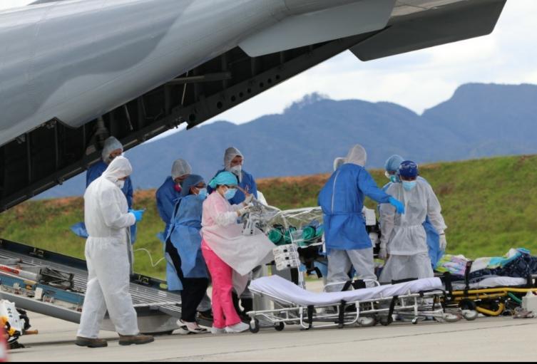 En medio de estrictas medidas de seguridad, la fuerza aérea logró el traslado de  varios pacientes a la capital del país.