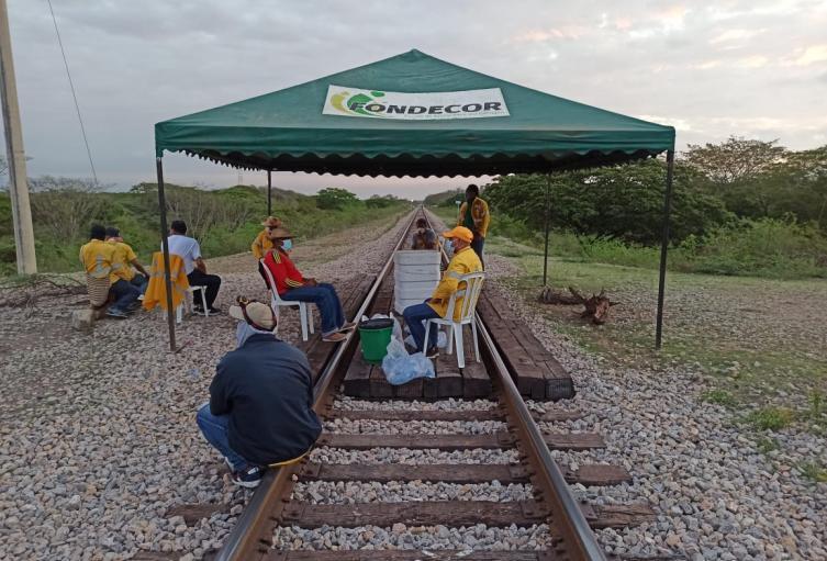 Extrabajadores mantienen bloqueos en la línea férrea