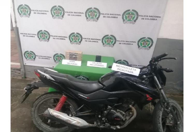El arma de fuego y la motocicleta incautada quedaron a disposición de la Fiscalía