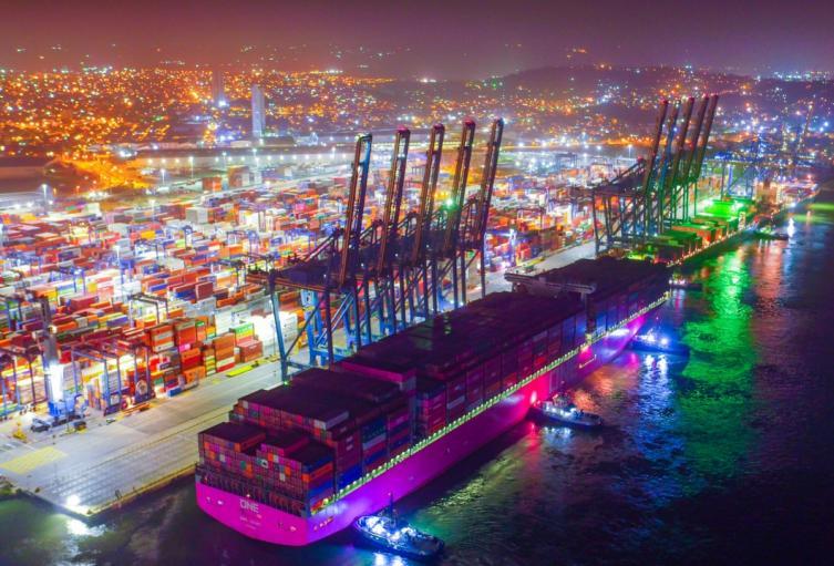 Es uno de los buques portacontenedores más grandes que han arribado a Cartagena