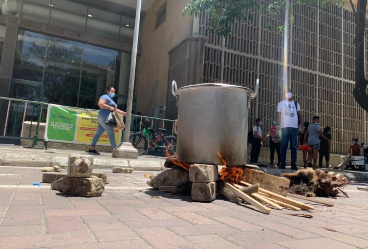 Habitantes de Rebolo realizaron Olla Comunitaria frente a la alcaldía.
