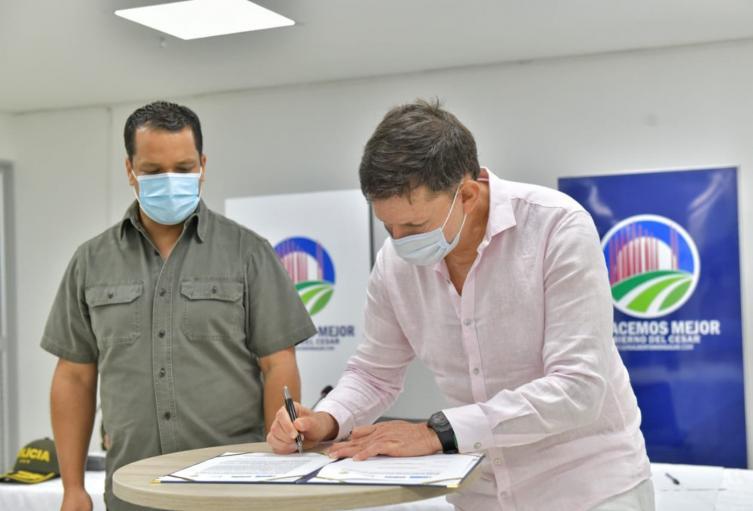 El gobernado del Cesar y el ministro de Justicia firmando el convenio