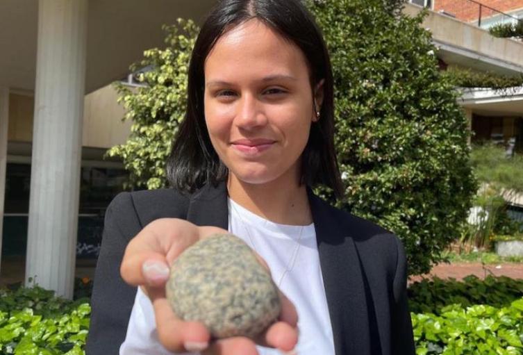 Le regaló una piedra al presidente Iván Duque