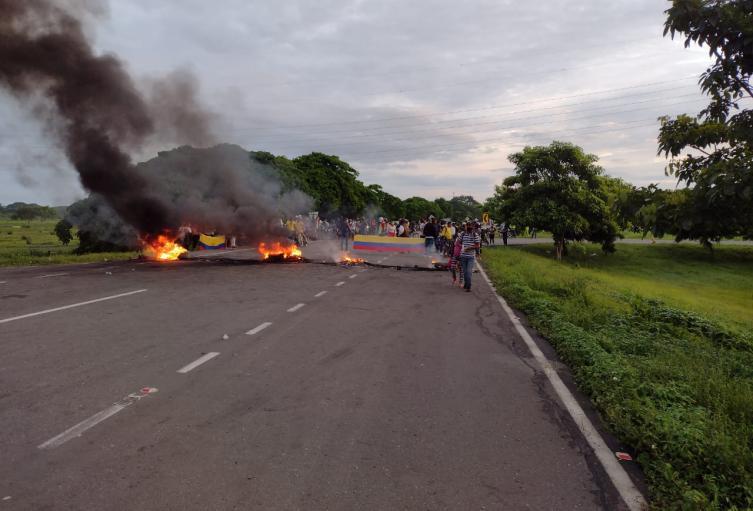 Bloqueadas vías que comunican Cartagena y Barranquilla, la comunidad exige alcantarillado