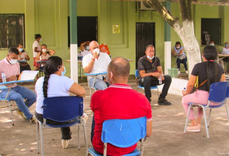 En la reunión estuvieron además padres de familiar y cuerpo docente