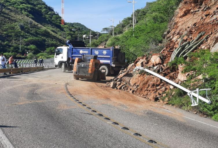 Más de 124 toneladas de escombro y piedras  han sido  removidas, para habilitar la movilidad entre Santa Marta y el Rodadero