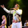 Checo Acosta en concierto.