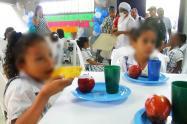Este programa lleva alimentos a estudiantes de instituciones oficiales