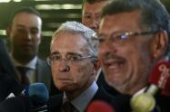 El senador Álvaro Uribe Vélez (c) y su abogado Jaime Granados (d).