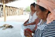 Mujeres Wayuu tejiendo sus mochilas