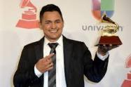 Jorge Celedón con su premio obtenido en 2017