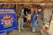 Armada de Colombia entrega seis toneladas de pollo en San Onofre