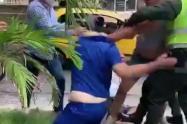 El galeno fue agredido por dos personas en las afueras de un centro asistencial.