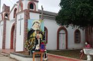 La imagen de la Santa en las afueras de la iglesia.
