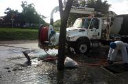 Aguas residuales de una empresa tiene inundada las calles de un barrio en Cartagena