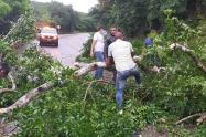 En el tramo sobre la troncal del caribe en la vía que de Santa Marta lleva a Riohacha, se presentan varias afectaciones por derrumbes